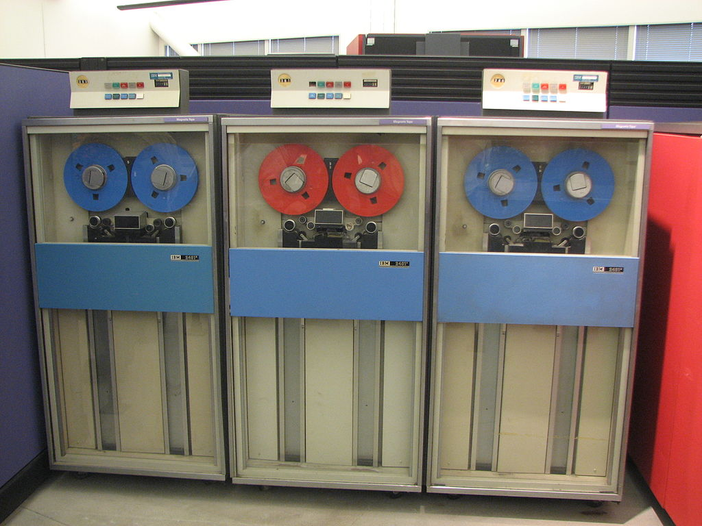 C:\Users\flobo\OneDrive\MSFTStory\Historique\Partie 2\1024px-IBM_System_360_tape_drives.jpg